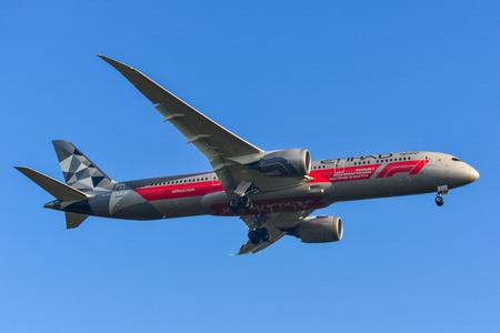 Phuket, Thailand - Apr 4, 2019. Eine Boeing 787-9 Dreamliner von Etihad (A6-BLV Abu Dhabi Grand Prix) landet auf dem Flughafen Phuket (HKT).