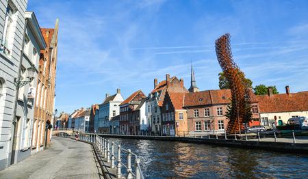 Brügge, Belgien - 5.Oktober 2018. Historisches Zentrum von Brügge (Belgien) mit Kanal an einem sonnigen Tag. Brügge ist berühmt für seine mittelalterliche Architektur und zieht viele Besucher an.