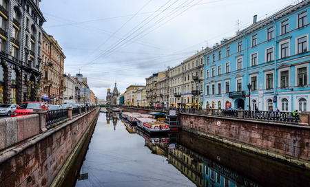 St. Petersburg, Russland - 13. Oktober 2016. Altbauten mit Griboedov-Kanal von St. Petersburg. Dies ist ein schmaler Kanal, der durch die Innenstadt fließt.