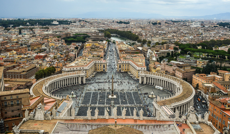Vaticano - 14 de octubre de 2018. Vista aérea de la Plaza de San Pedro de la Ciudad del Vaticano. Vista desde la parte superior de la Basílica de San Pedro.