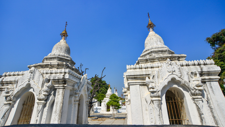 View of Kuthodaw Pagoda in Mandalay, Myanmar. The pagoda contains 729 marble slabs inscribed with Buddhist teachings. 免版税图像