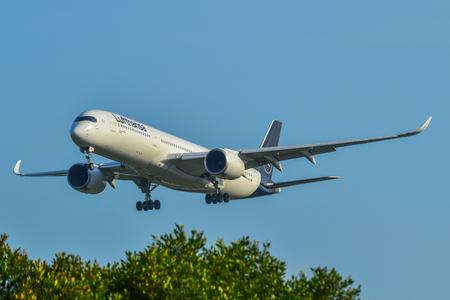 Singapore - Mar 27, 2019. D-AIXL Lufthansa Airbus A350-900 in atterraggio all'aeroporto di Changi (SIN). Changi è attualmente valutato il miglior aeroporto del mondo da Skytrax (2018).