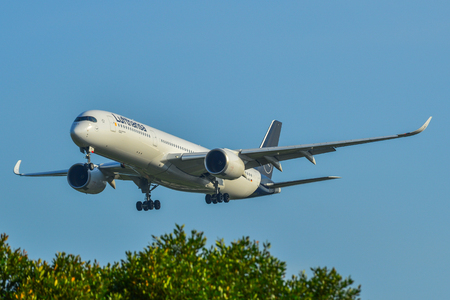 Singapur - 27 de marzo de 2019. D-AIXL Lufthansa Airbus A350-900 aterrizando en el aeropuerto de Changi (SIN). Changi está clasificado como el Mejor Aeropuerto del Mundo por Skytrax (2018).