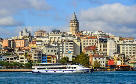 Istanbul, Türkei - 28.September 2018. Blick auf die Uferpromenade von Istanbul vom Goldenen Horn. Istanbul ist eine Großstadt in der Türkei, die Europa und Asien überspannt.