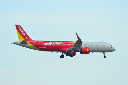 Saigon, Vietnam - Apr 23, 2019. VietJet Air VN-A600 (Airbus A321 NEO) landing at Tan Son Nhat Airport (SGN). Stockfoto - 124284755