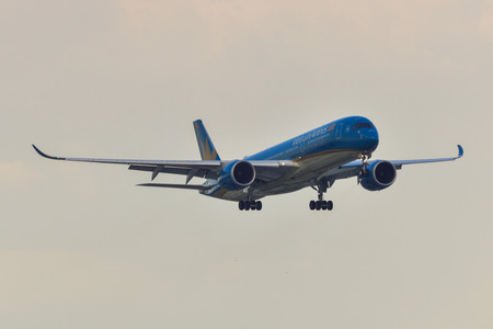 Saigon, Vietnam - Apr 23, 2019. Vietnam Airlines VN-A896 (Airbus A350-900) landing at Tan Son Nhat Airport (SGN). Imagens - 124284760