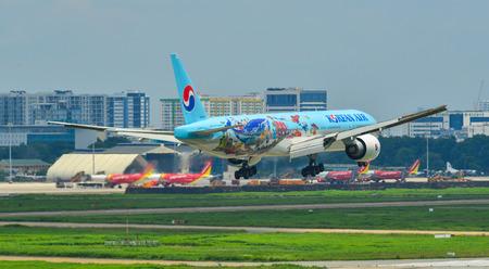 Saigón, Vietnam - 8 de junio de 2019. HL8274 Korean Air Lines Boeing 777-300ER (décimo concurso de dibujo de futuros artistas) aterrizando en el aeropuerto de Tan Son Nhat (SGN).