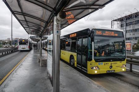 Stambuł, Turcja - 28 września 2018 r. Przystanek autobusowy (BRT) na autostradzie w Stambule, Turcja. Budowa linii Metrobüs BRT rozpoczęła się w 2005 roku. Publikacyjne