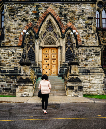 Asian woman walking at old town in Ottawa, Canada. Redactioneel