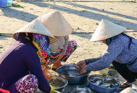 Phan Thiet, Vietnam - 19 de marzo de 2016. Mujeres locales que venden pescado en el muelle de la ciudad de Mui Ne, Phan Thiet, Vietnam. Mui Ne es un pueblo pesquero costero en el sur de Vietnam.