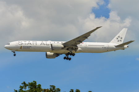 Singapore - Mar 27, 2019. 9V-SWI Singapore Airlines Boeing 777-300ER (Star Alliance livery) landing at Changi Airport (SIN). Redactioneel