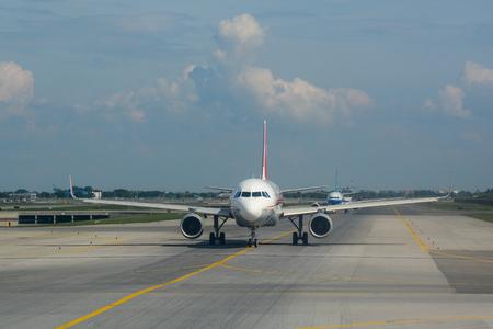 Bangkok, Tailandia - 10 de noviembre de 2015. B-8326 Sichuan Airlines Airbus A320 de rodadura en la pista del aeropuerto Suvarnabhumi de Bangkok (BKK). Editorial