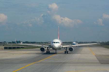 Bangkok, Tajlandia - 10 listopada 2015. B-8326 Sichuan Airlines Airbus A320 kołowania na pasie startowym Bangkok Suvarnabhumi Airport (BKK). Publikacyjne