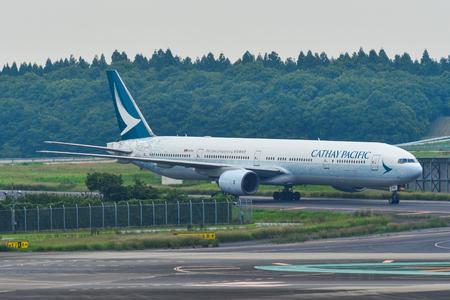 Tokio, Japan - Jul 3, 2019. B-HNK Cathay Pacific Boeing 777-300 (Spirit of Hong Kong Livery) Rollen auf der Start- und Landebahn des Flughafens Tokio Narita (NRT). Editorial