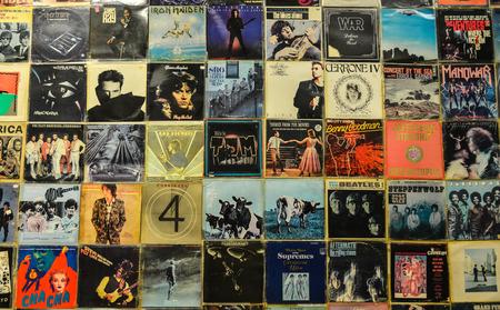 Athen, Griechenland - 12.Oktober 2018. Alte verblasste Schallplatten Pop- und Rockmusik Vintage Albumhüllen Hintergrund. Editorial