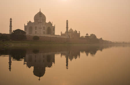Taj Mahal reflected in Yamuna river at sunset in Agra, India. It was commissioned in 1632 by the Mughal emperor Shah Jahan. 版權商用圖片
