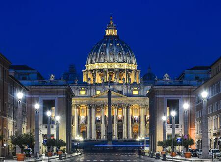 Roma, Italia - 15 de octubre de 2018. Vista de la Basílica Papal de San Pedro en el Vaticano iluminada por la noche (Catedral de San Pedro) en Roma, Italia.