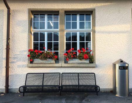 Finestra con fiori di vecchia casa a Interlaken, Svizzera.
