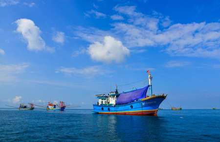 Phu Quoc, Vietnam - Dec 3, 2017. Fishing boats on the sea in Phu Quoc, Vietnam. Phu Quoc Island boasts idyllic beaches, romantic sunsets, and a serene atmosphere. 新聞圖片