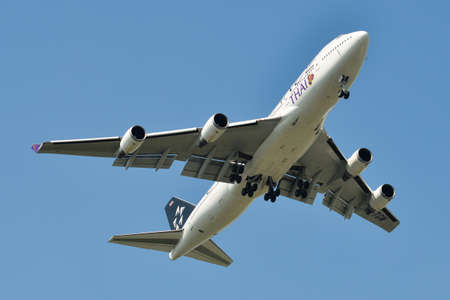 Bangkok, Thailand - Apr 21, 2018. HS-TGW Thai Airways Boeing 747-400 (Star Alliance) landing at Suvarnabhumi Airport (BKK). 新聞圖片