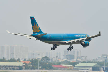 Saigon, Vietnam - May 11, 2019. VN-A381 Vietnam Airlines Airbus A330-200 (retired) landing at Tan Son Nhat Airport (SGN). 新聞圖片