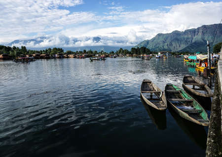 Srinagar, India - Jul 23, 2015. Landscape of Dal Lake in Srinagar, India. The lake, situated in the northeast of Srinagar, is one of the most beautiful lakes in India. 新聞圖片
