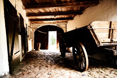 大きな納屋や石畳に厩舎内に駐車木製ファーム カート