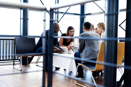 oficina: Grupo de ejecutivos sesión y trabajar juntos utilizando tabletas y laptop
