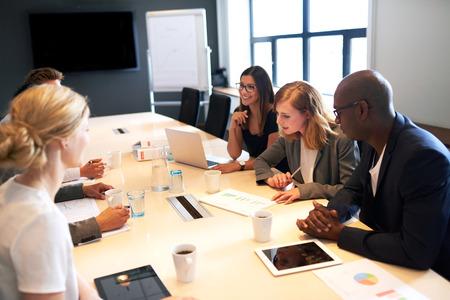 Groep van jonge kaderleden met een vergadering in een vergaderzaal Stockfoto