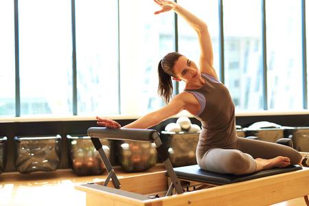 aerobics: Hermosa mujer est� estirando su lado superior del cuerpo