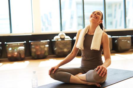 Fit tevreden vrouw na haar pilatesklasse