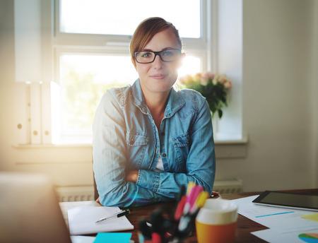 商務: 成功的商業女性在辦公室工作,看,照相機