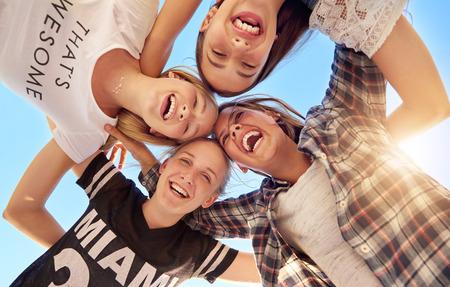 Groep tieners verblijft samen kijken naar de camera Stockfoto