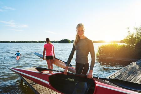 Femme en bonne forme avec un kayak Banque d'images - 45713889
