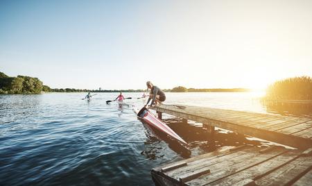 canoa: deportes de elite equipo de remo preparándose para remar Foto de archivo