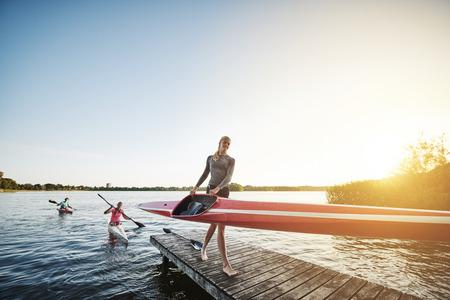 Roeiteam na de training om uit het water Stockfoto