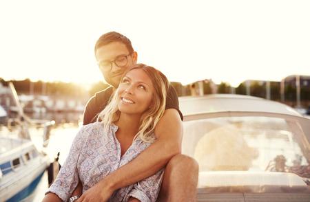 보트에 행복한 커플, 사랑하는 동안 인생을 즐기기 스톡 콘텐츠