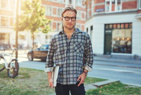 relajado: Retrato de empresario con el portátil bajo el brazo. Hombre blanco