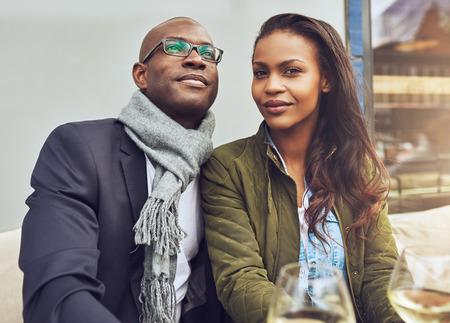 casados: Negro disfrutando de la vida de pareja y de citas, de moda vestido