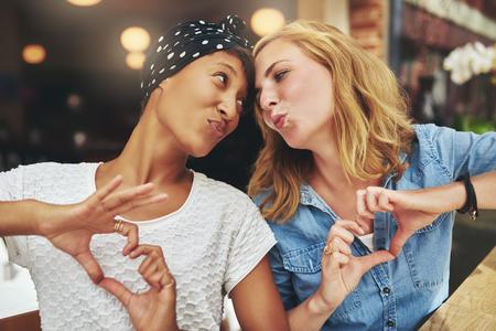 sex: Zwei Frauen, ethnische Freunde einander zum Spaß küssen Lizenzfreie Bilder