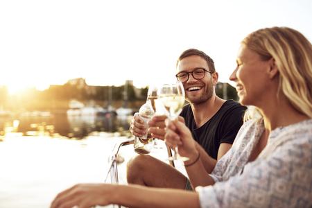 luna de miel: Feliz Pareja tostando los vidrios de una noche de verano