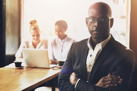black business man: Confiant r�ussie homme d'affaires noir en face d'un groupe de personnes