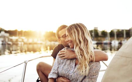 parejas enamoradas: Pares cariñosos Disfrutar de vida Sentado afuera en una noche de verano Foto de archivo