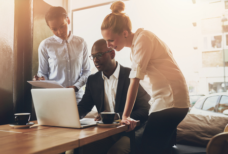 business: Gruppe von Unternehmern arbeiten mit einem Laptop und hält ein Dokument