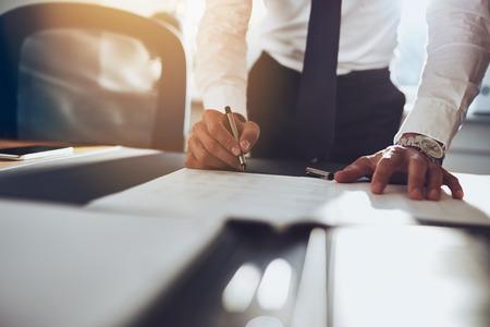 persona escribiendo: Cierre de hombre de negocios la firma de contrato de hacer un trato, negocio cl�sico Foto de archivo