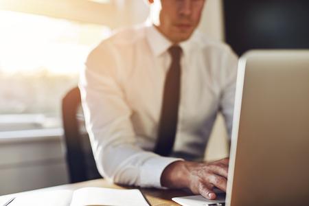Zakelijke close-up, uitvoerende werken op de laptop tijdens de vergadering op het kantoor