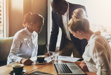 ビジネスの方々、事業コンセプト、事業計画を説明する黒のビジネス男のグループ