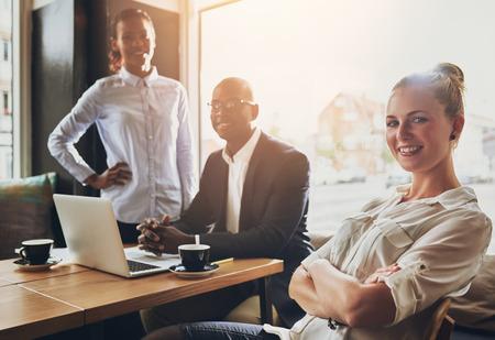 Groep van succesvolle ondernemers, mensen uit het bedrijfsleven, multi-etnische groep werken Stockfoto