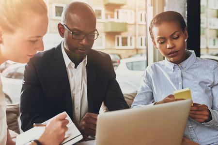 reuniones empresariales: Los socios comerciales de trabajo, el grupo étnico de varias de las personas, pequeña oficina