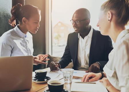 negócio: Multi executivos étnicos, empresário, negócio, conceito pequena empresa Banco de Imagens